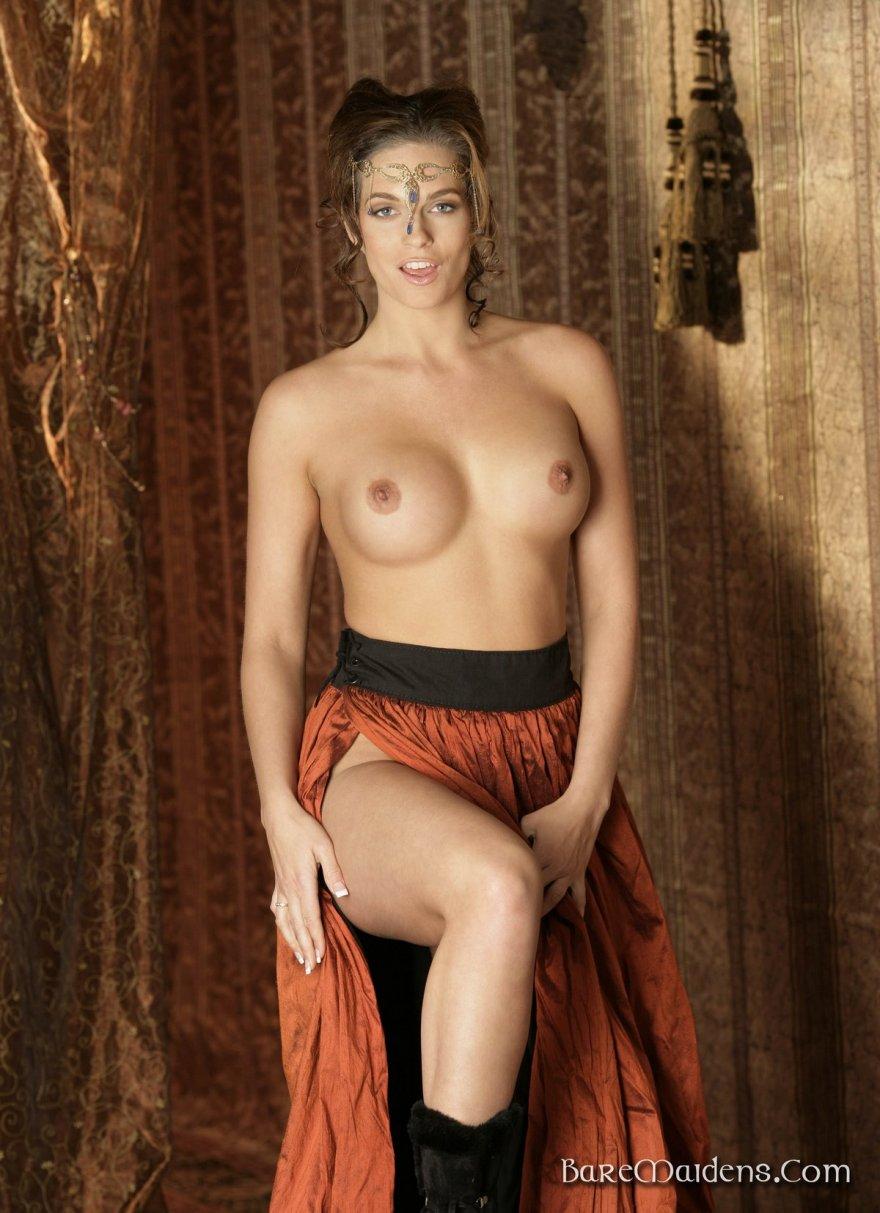 Роскошная обнаженка бабы в историческом костюме секс фото
