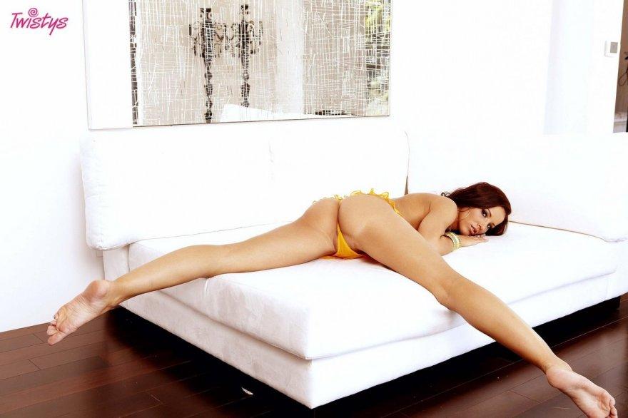 Супер эротика горячей рыжей тёти в желтых трусах секс фото