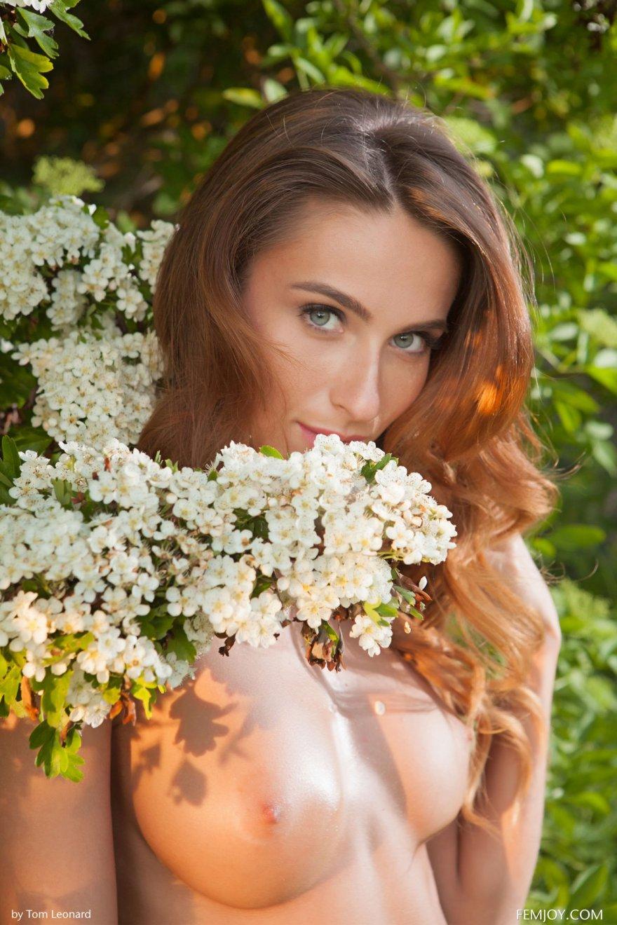 Игривая Юная девка под цветущим кустом голая