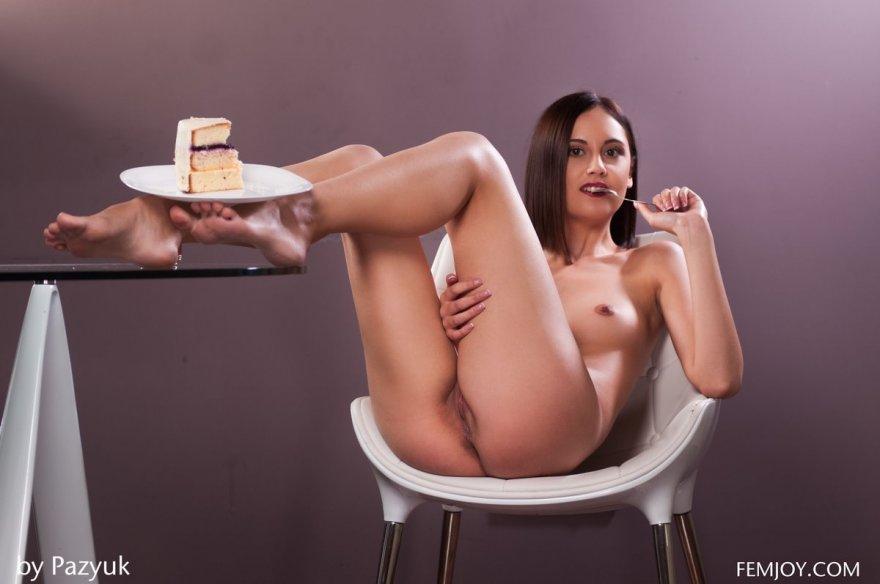 Девка в сиреневом боди ест пирожное