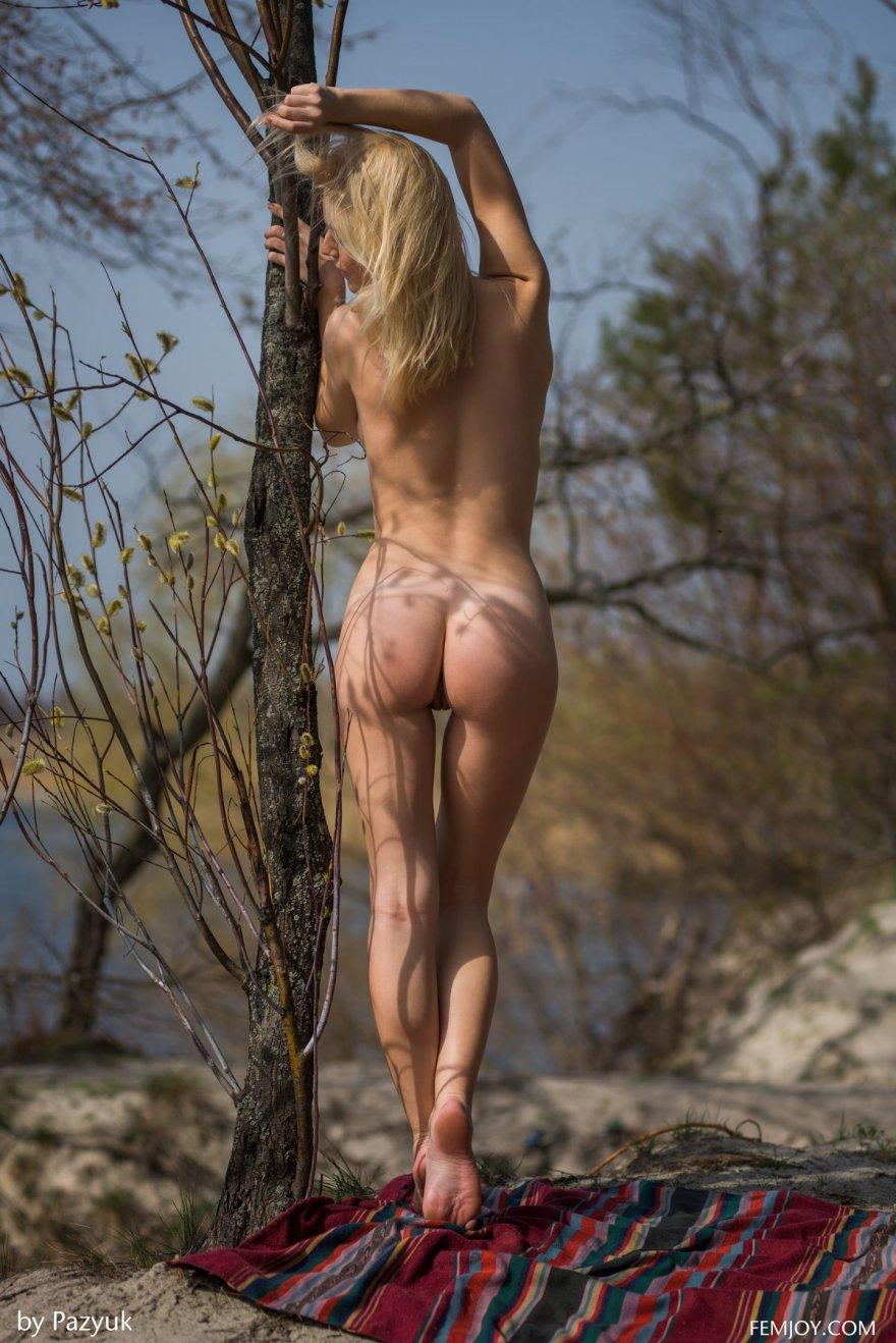 Нагая Vika на фоне водоема