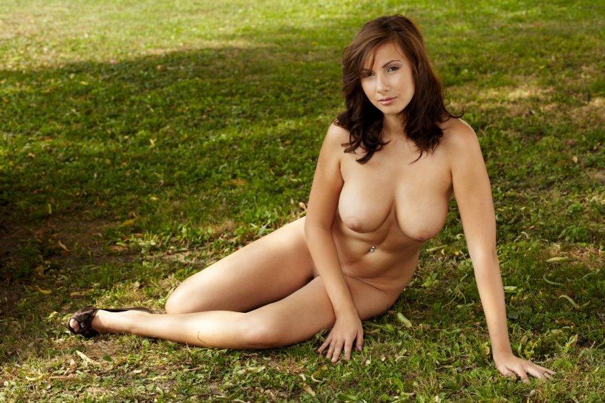 Фото обнажаенной шатенки с упругим бюстом под деревом смотреть эротику