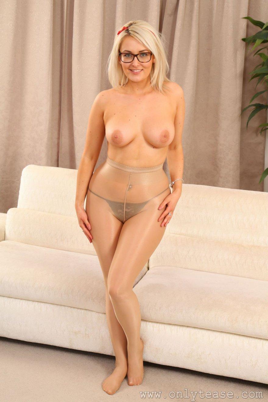 Легкая порнушка очаровательной блондинки в прозрачных колготках секс фото