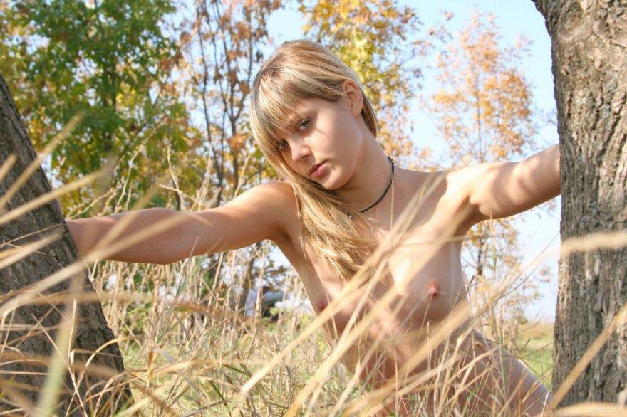 Осенние картинках блондинки с небольшими дойками на свежем воздухе