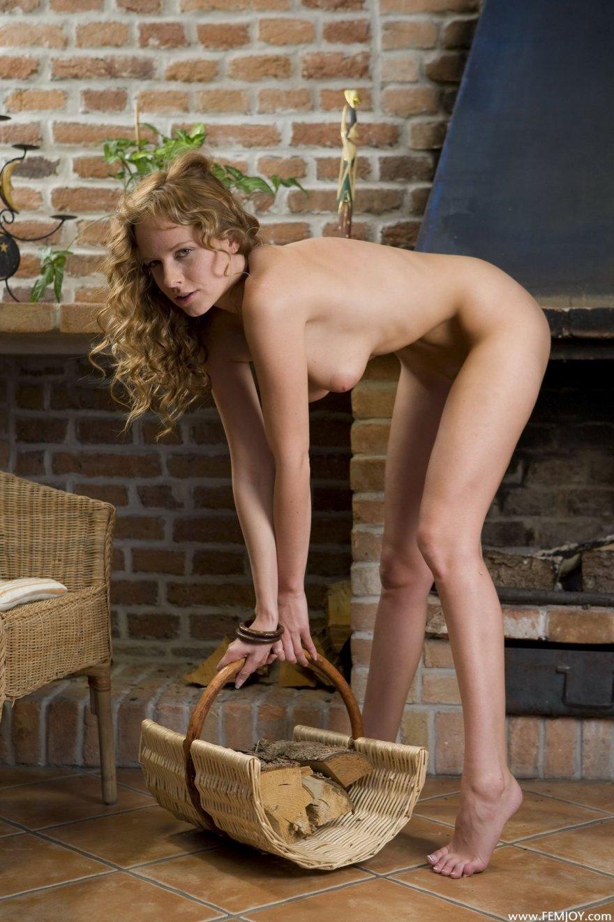 Стройные фото кудрявой девахи у камина секс фото