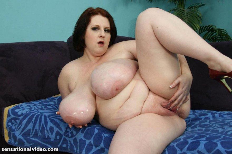 Пышка смазала большой бюст маслом секс фото