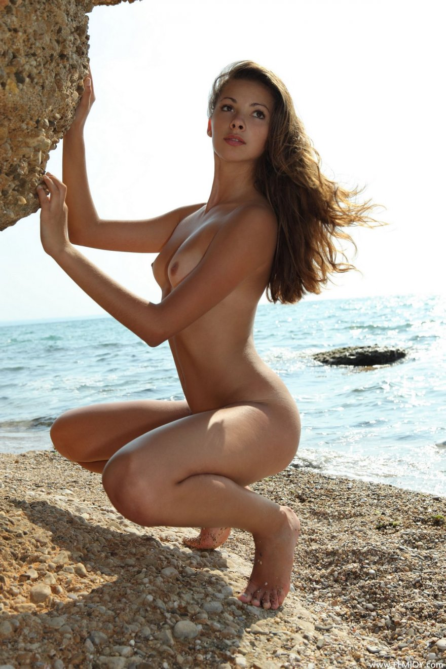 Классная Молоденькая давалка голая на песке