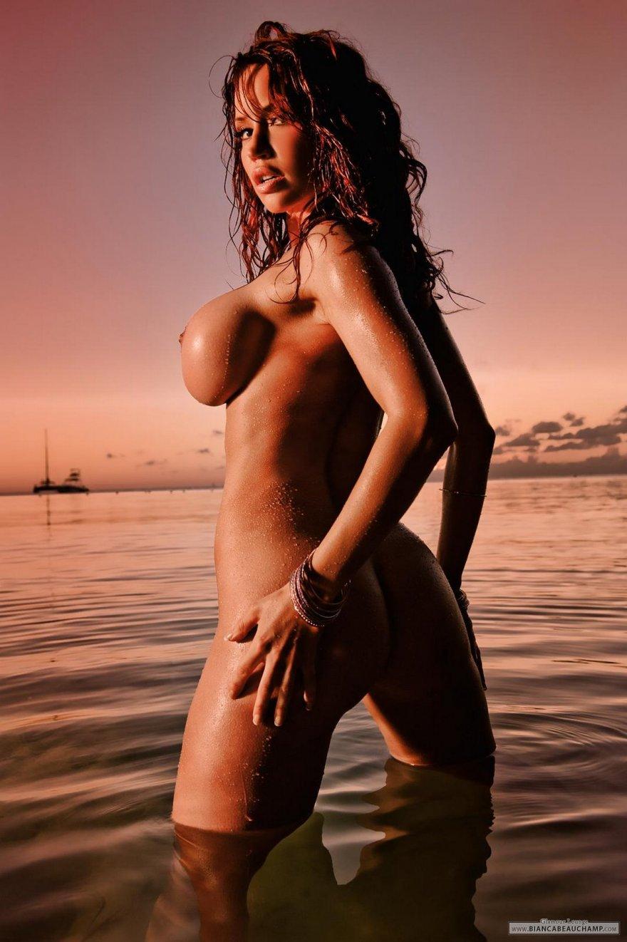 Роскошные фото ню рыженькой с хорошеньким буфером в море