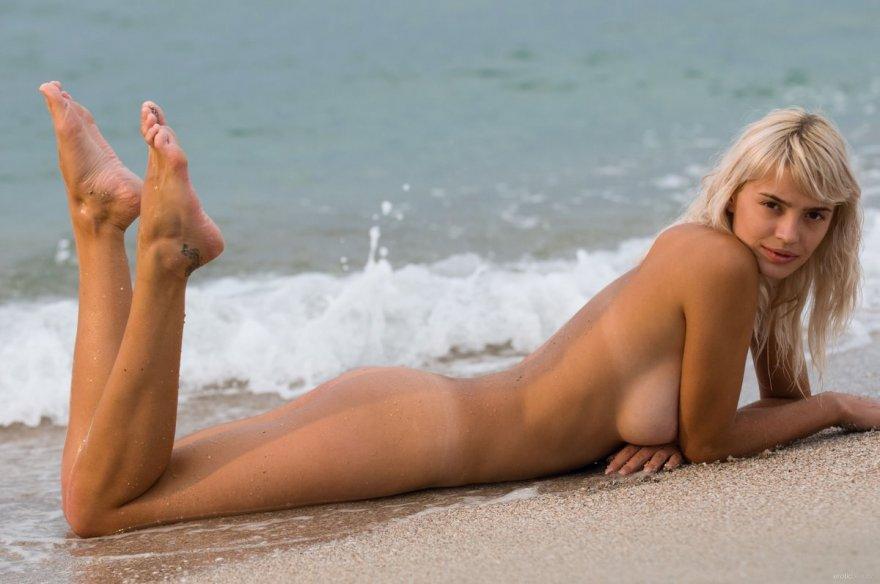 Фото ню обнаженной блондинки с голубым парео на море