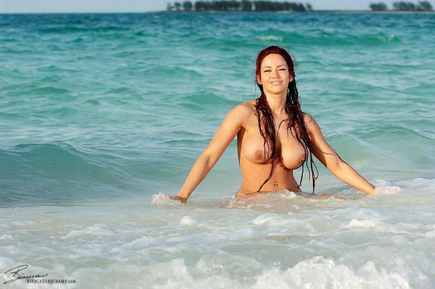 Шикарное голое тело в мокром песке