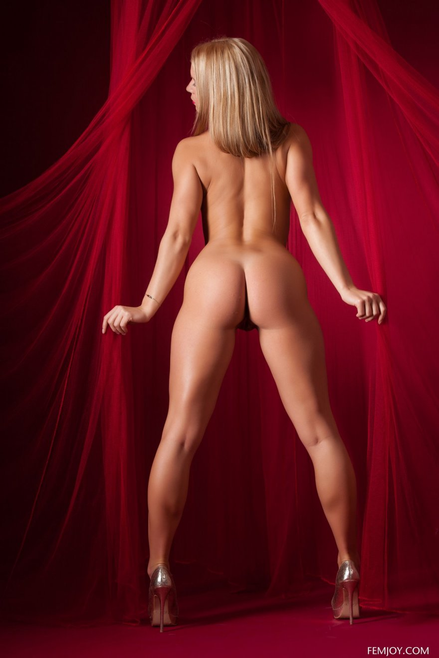 Гламурная обнаженка горячей актрисы Giulietta смотреть эротику