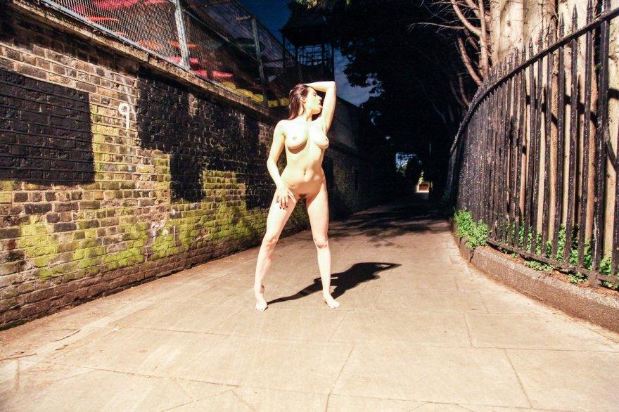 Xxx фото обнаженной особы женского пола ночью у дороги