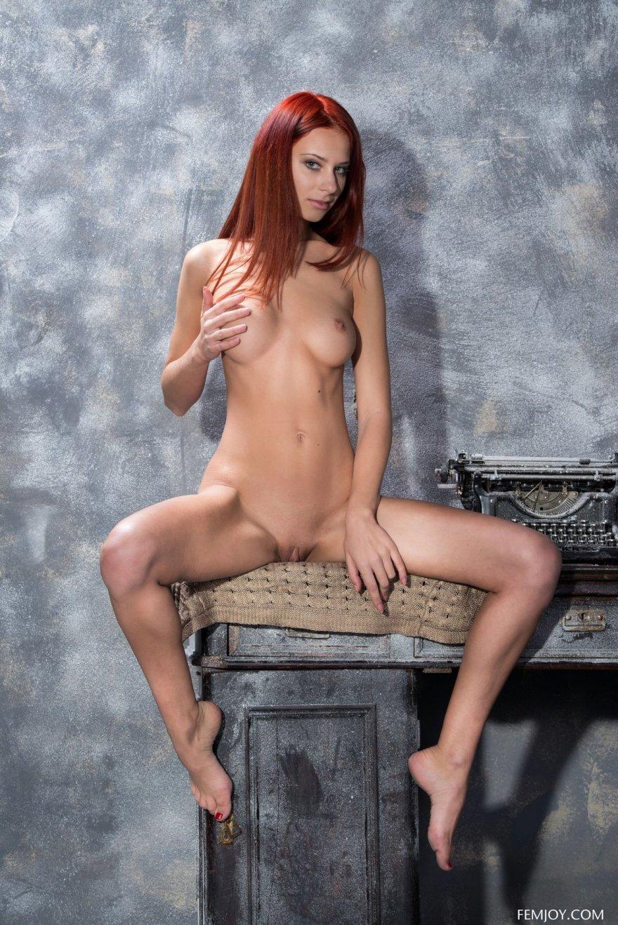 Рыжая раздвинула ножки на столе