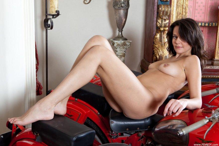 Лохматая мама возле красного мотоцикла смотреть эротику