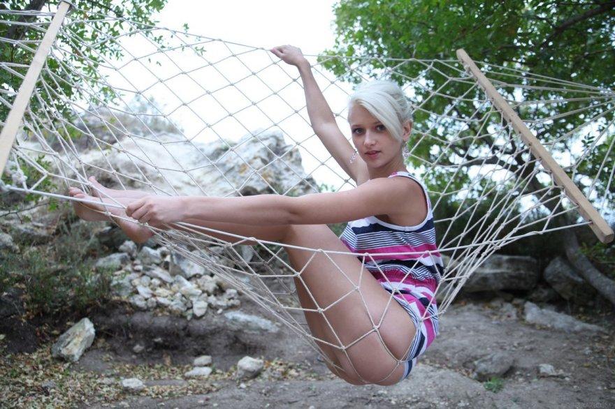 Фотки раздетой блондинки в гамаке секс фото