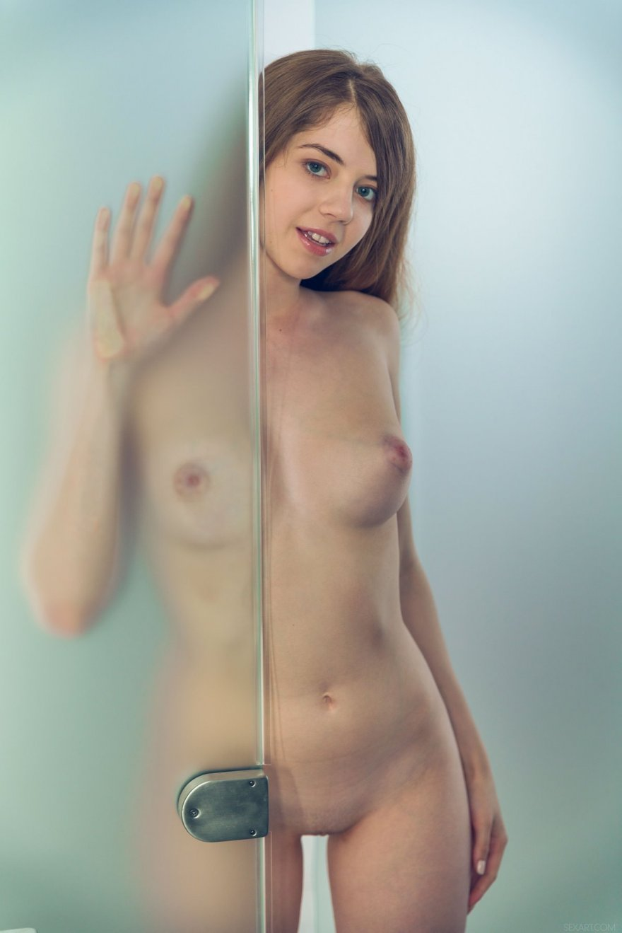 Голая девушка ласкает бритую киску