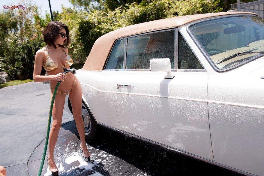Ебутся порно девушки моют машину