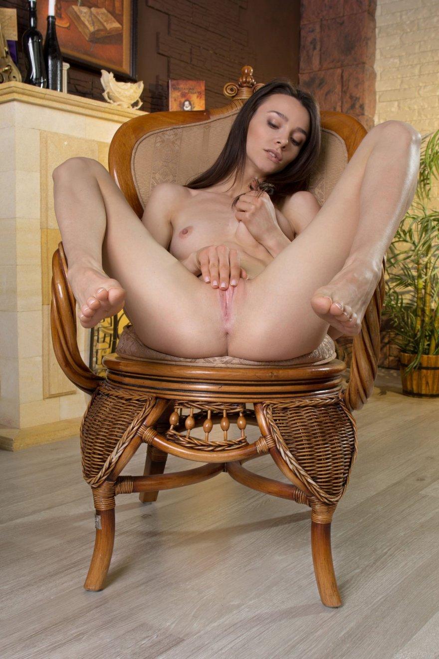 Шатенка с маленьким бюстом раздвигает ножки секс фото
