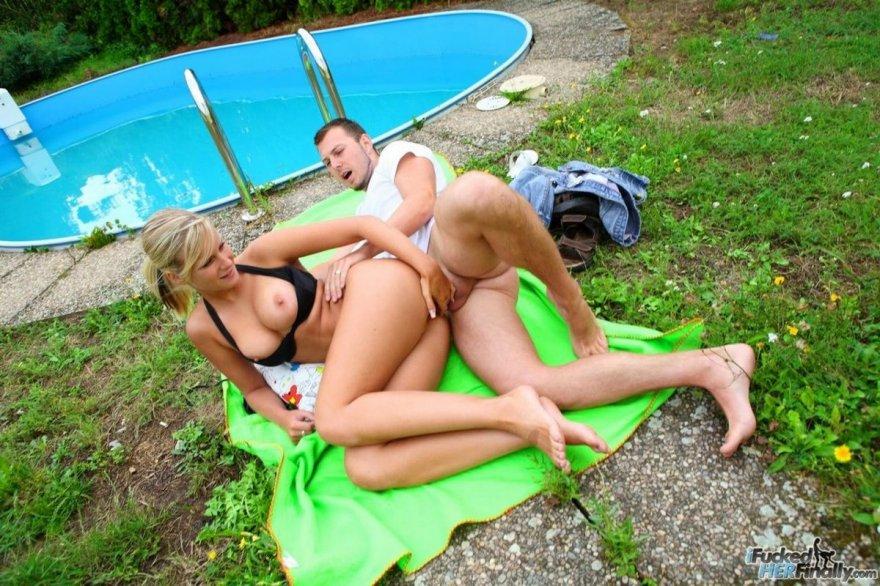Анальный секс с грудастой светловолосой у бассейна