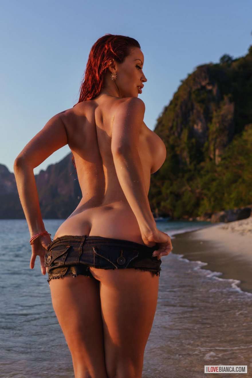 Супер-сексуальная Bianca обнаженная на необитаемом острове