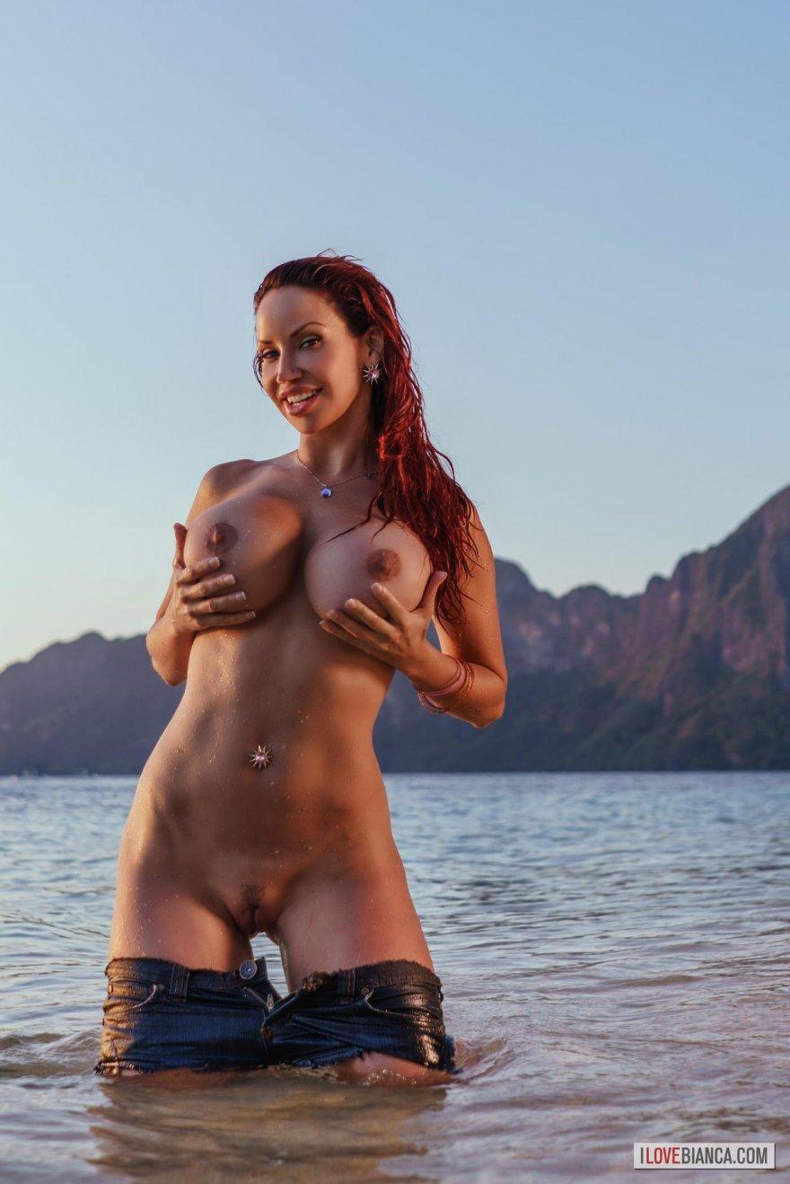 Супер-сексуальная Bianca голая на необитаемом острове