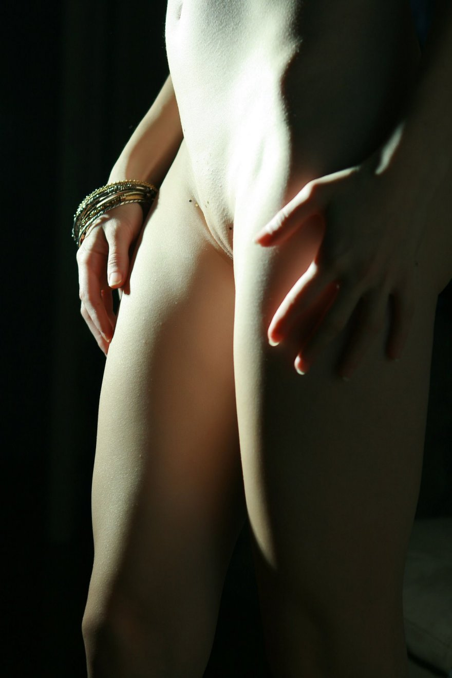 Чувственная порнушка Sofi в полутемной комнате секс фото