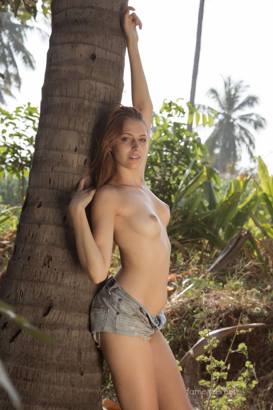 Привлекательная тёлка раздевается под пальмой смотреть эротику
