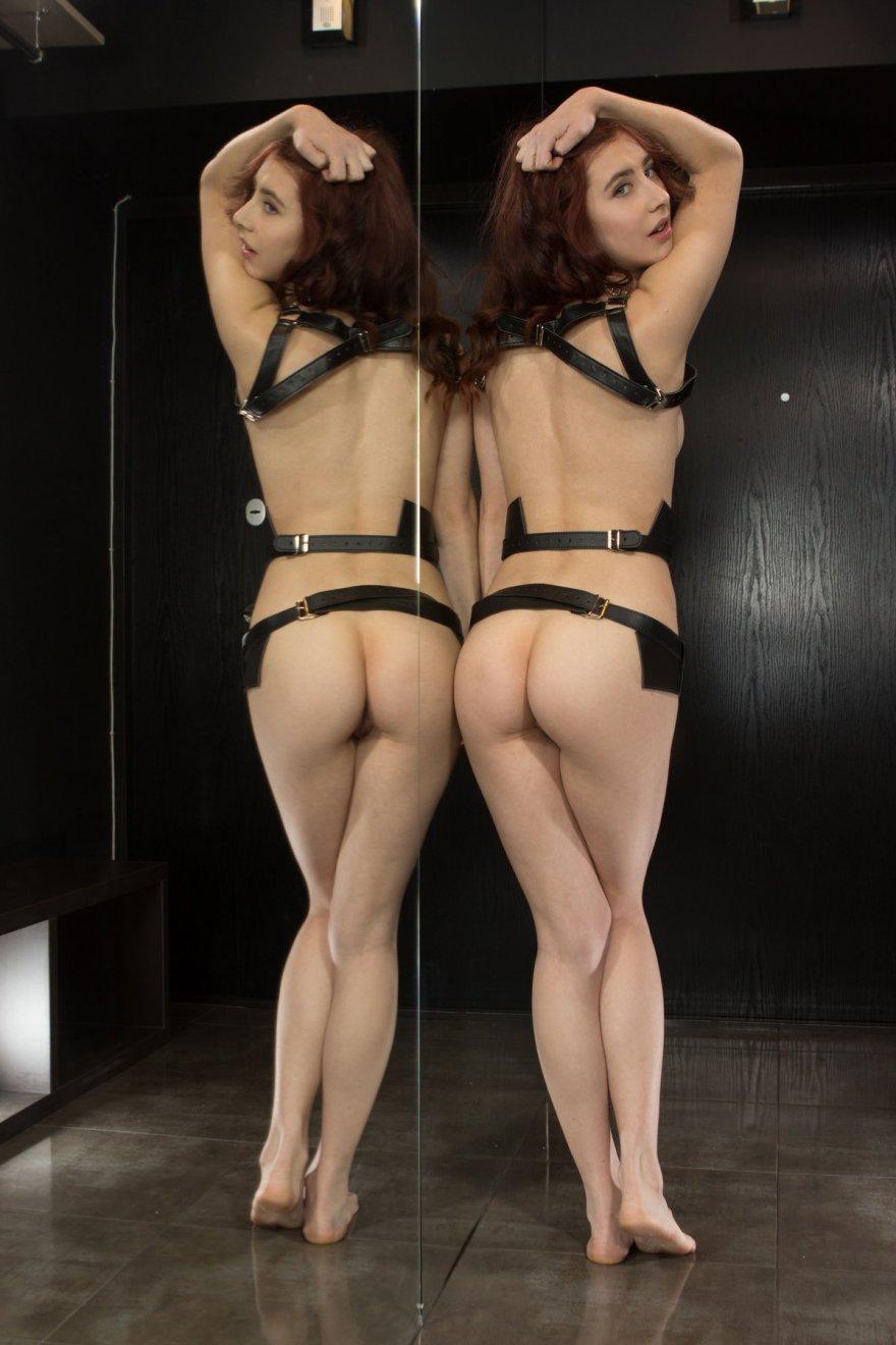 Необычная эротика рыжей перед большим зеркалом