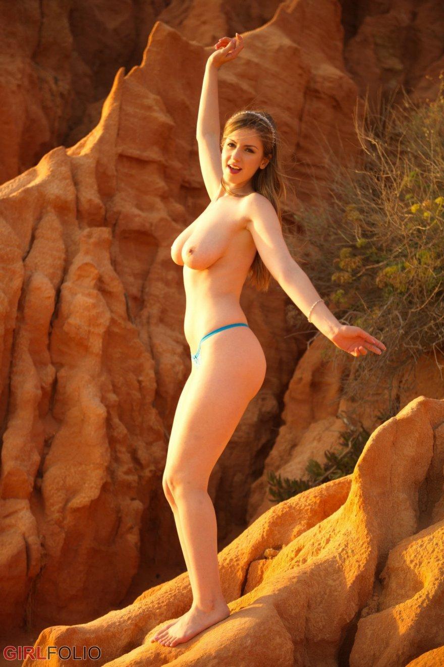 Секс фото сучки с изящным торсом на скале