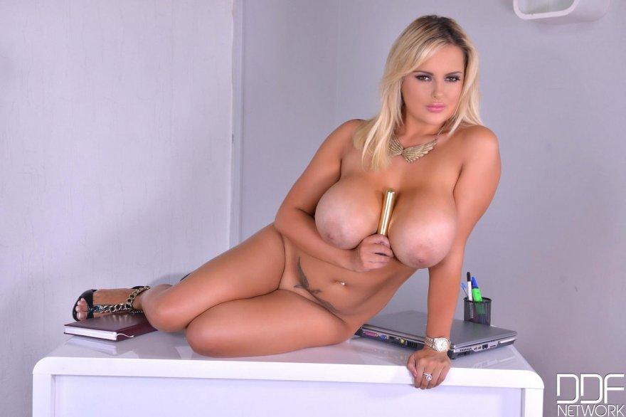 Огромные дойки блондинки Katie