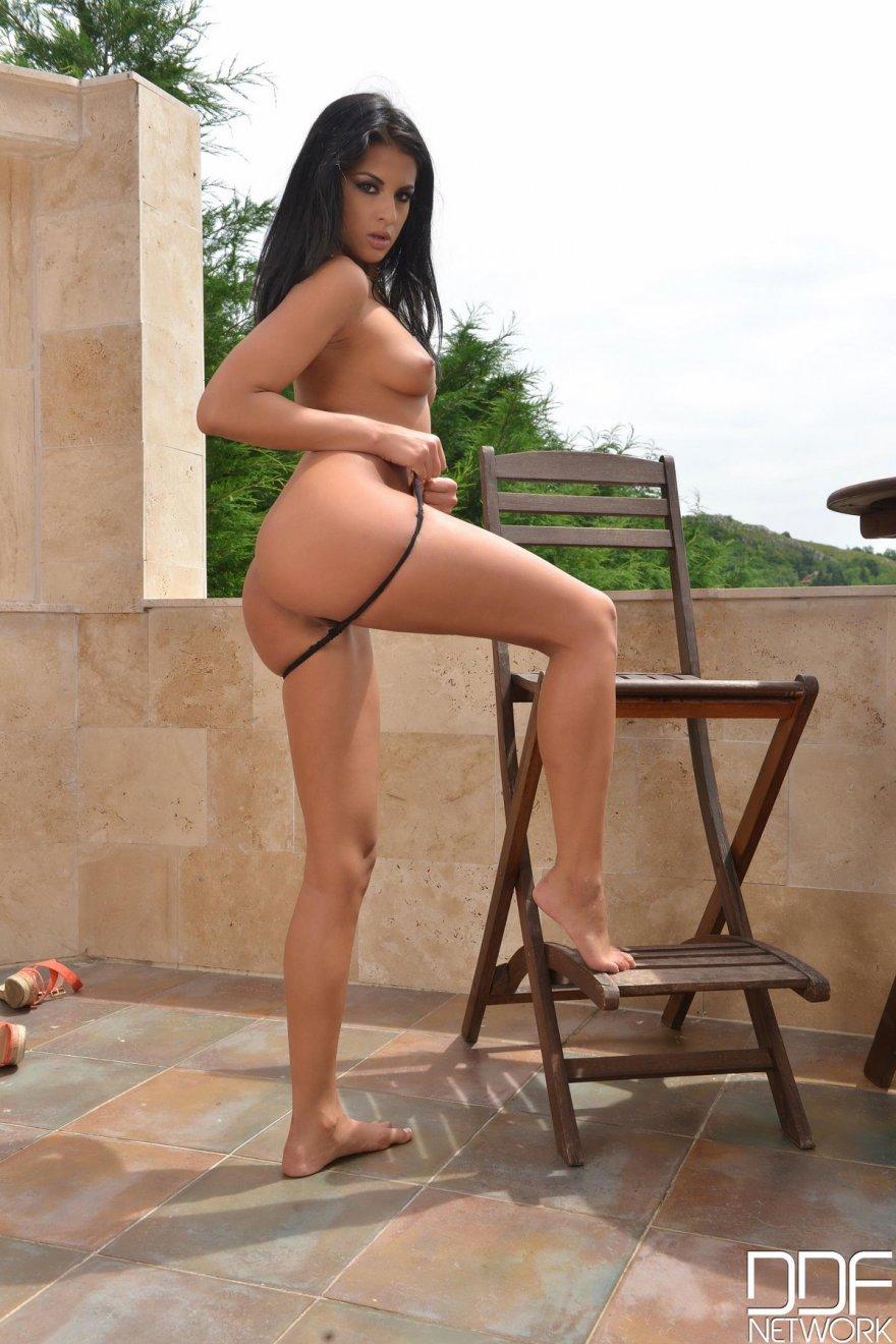 Худая брюнетка Coco раздетая на балконе секс фото