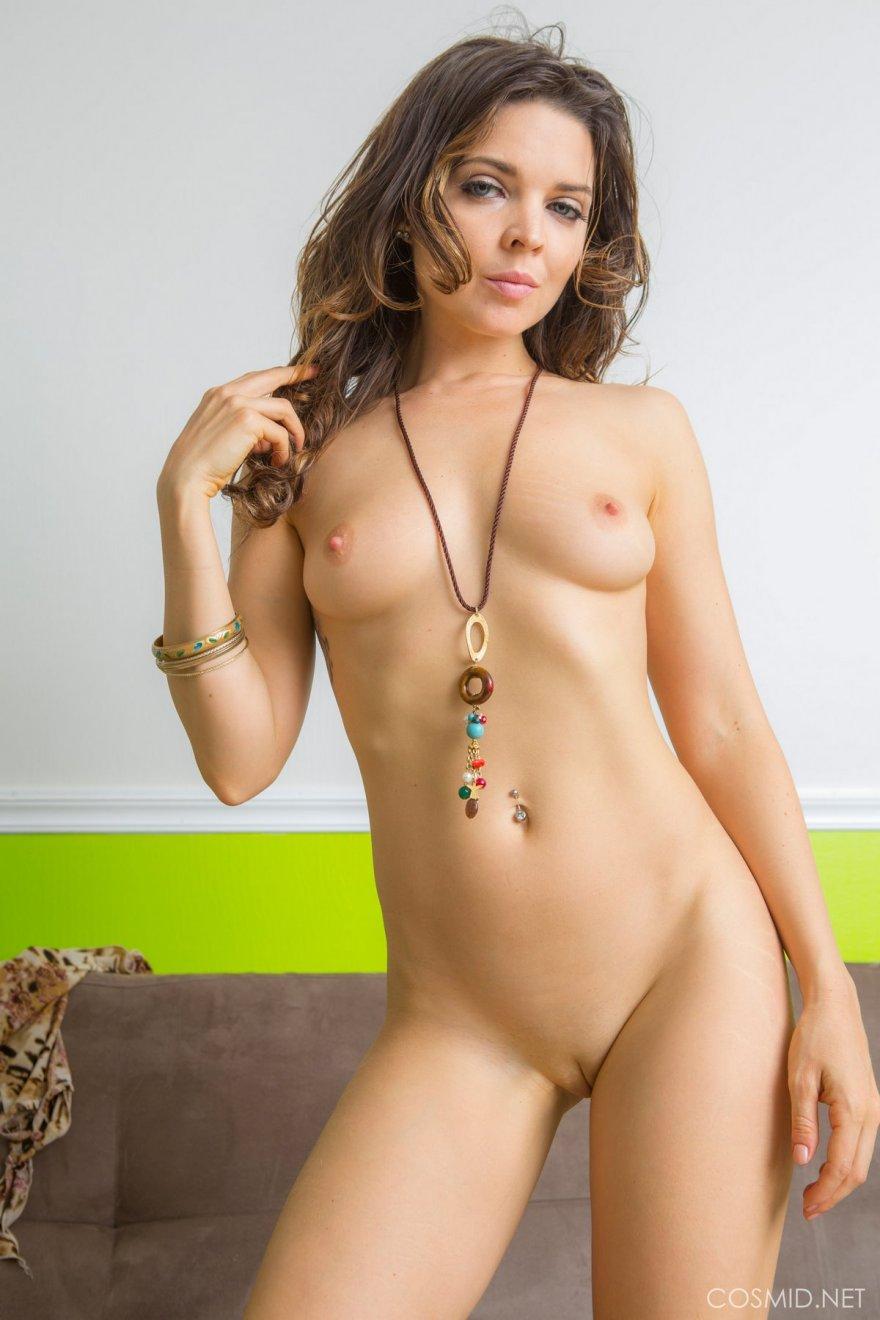 Молодая голая женщина с тату на спине