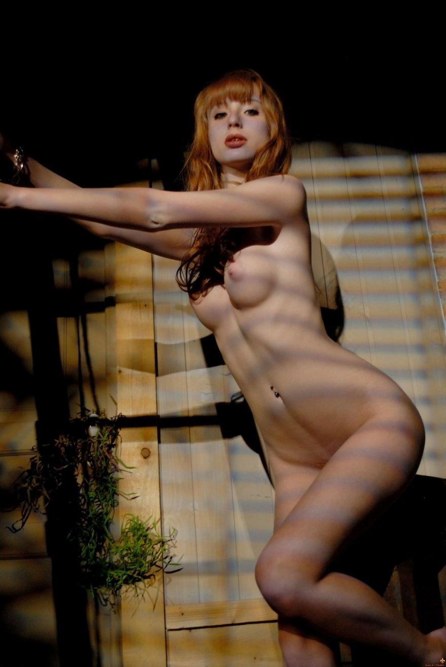 Голая рыжая девушка в сарае