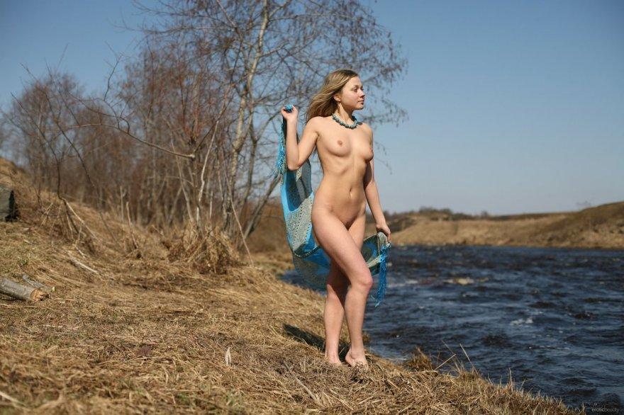 Anastasia с голубым платком голая на берегу реки