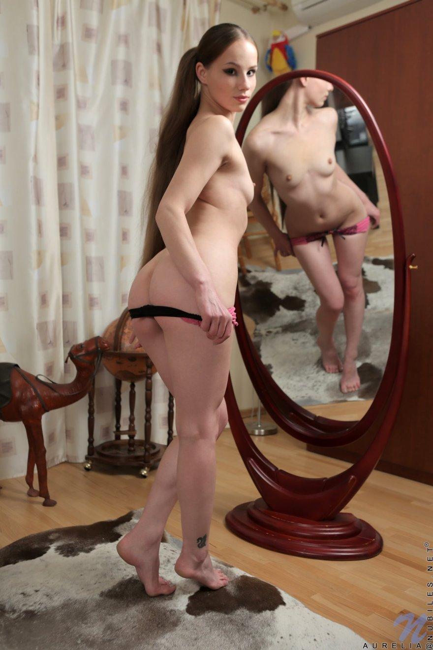 Деваха с роскошными глазами снимает трусики перед зеркалом