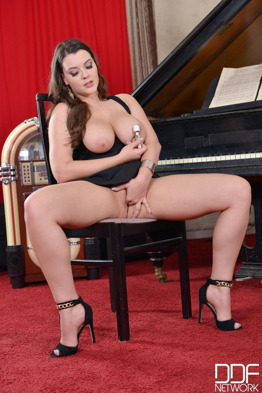 Раздетая жируха возле рояля смотреть эротику