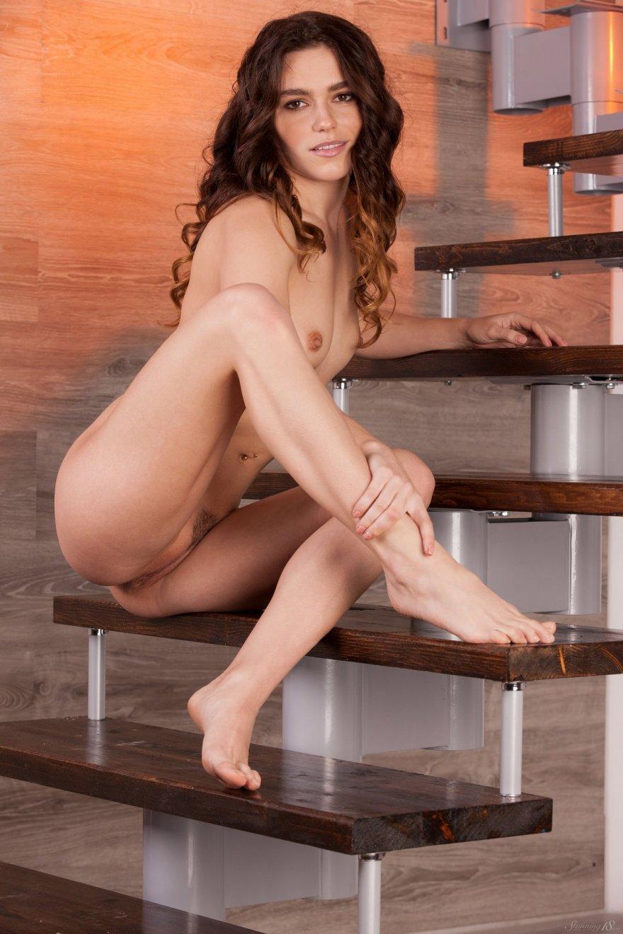 Порнография голой бабы с кудряшками на ступенях