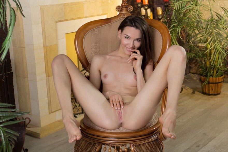 Худенькая девушка раздвигает стройные ножки