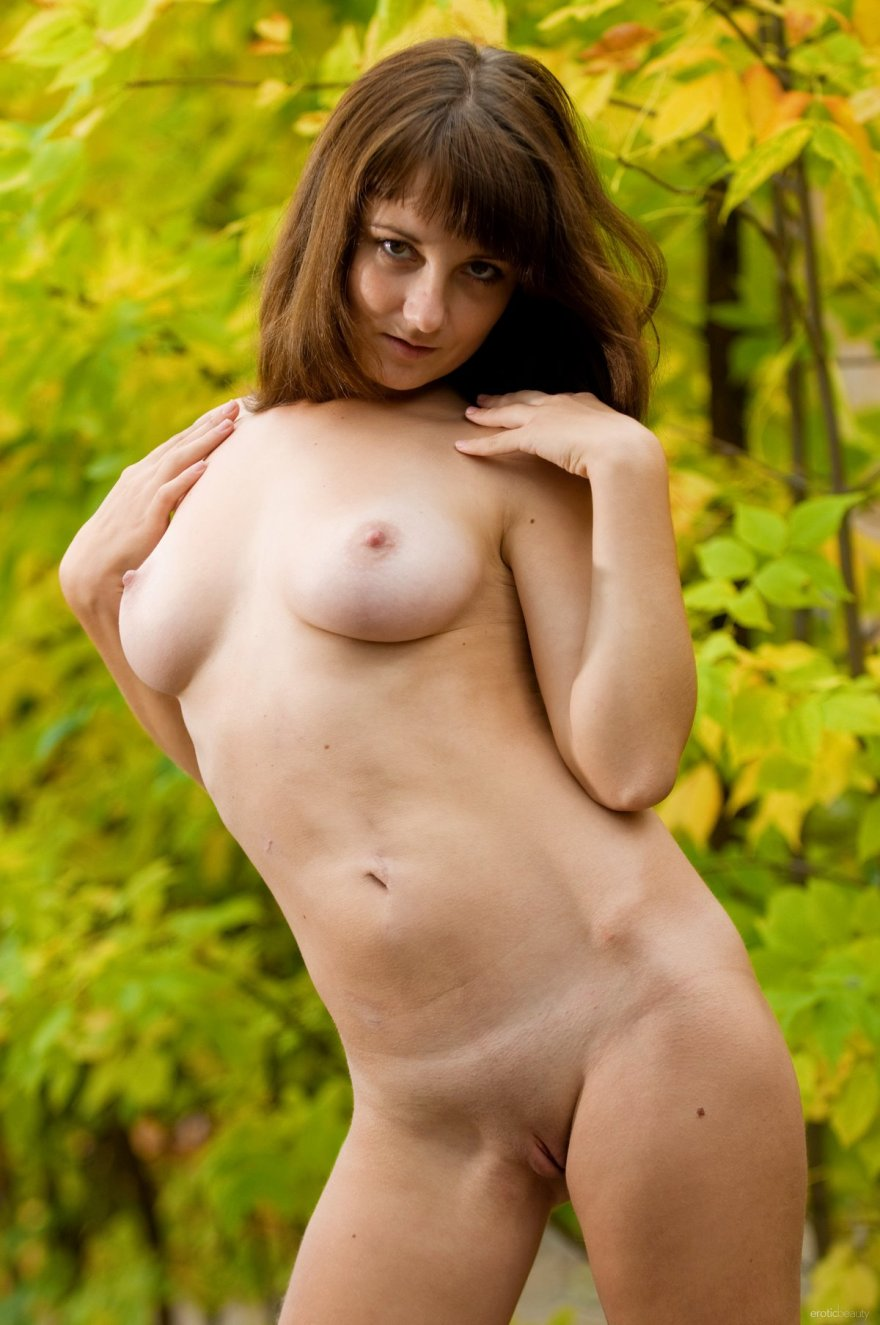 Осенние фото ню брюнетки под кустом