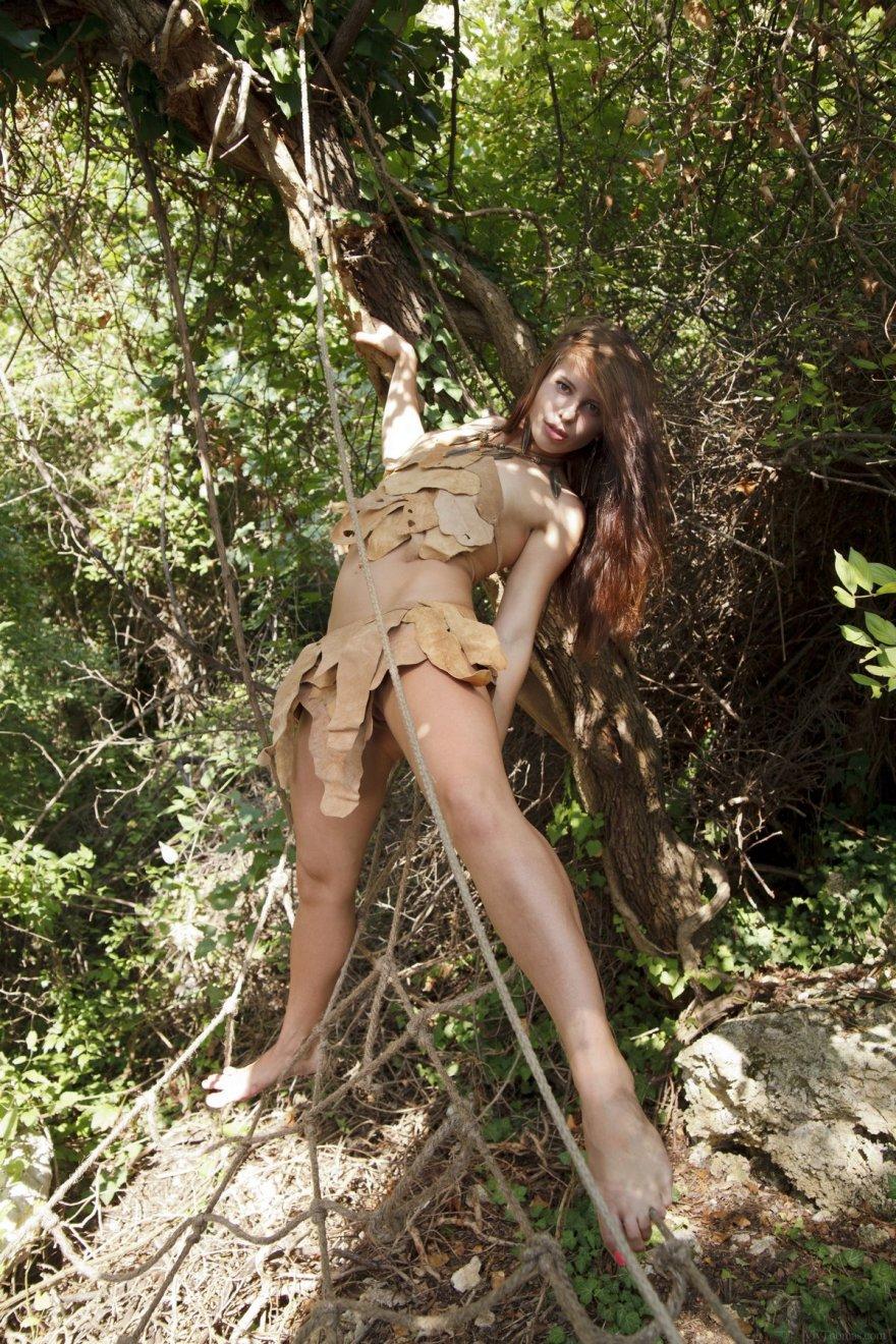 Секс-фото раздетой дикарки на дереве