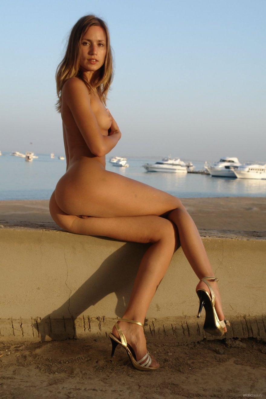 НЮ обнаженной девушки на набережной