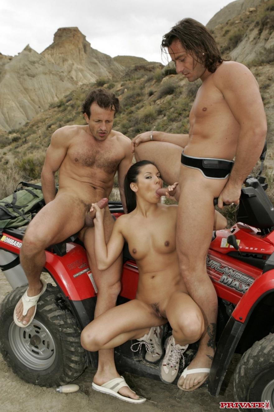 Секс фото брюнеточки с Двумя парнишками в безлюдном месте секс фото