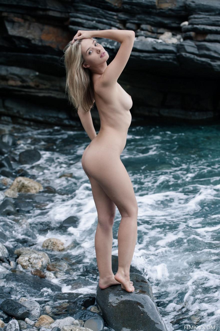 Голая Anna на камнях у реки