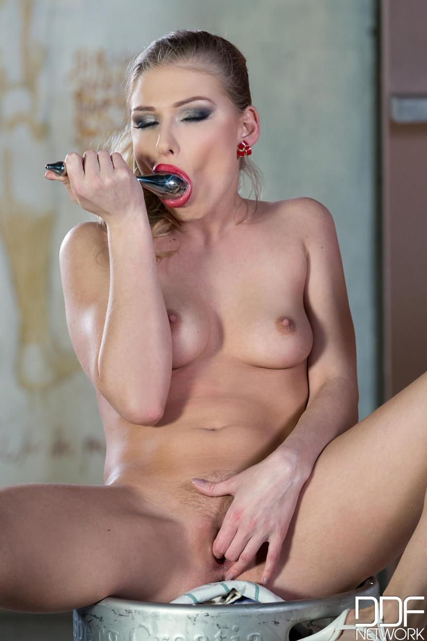 Похотливая блондинка в красных трусиках секс фото
