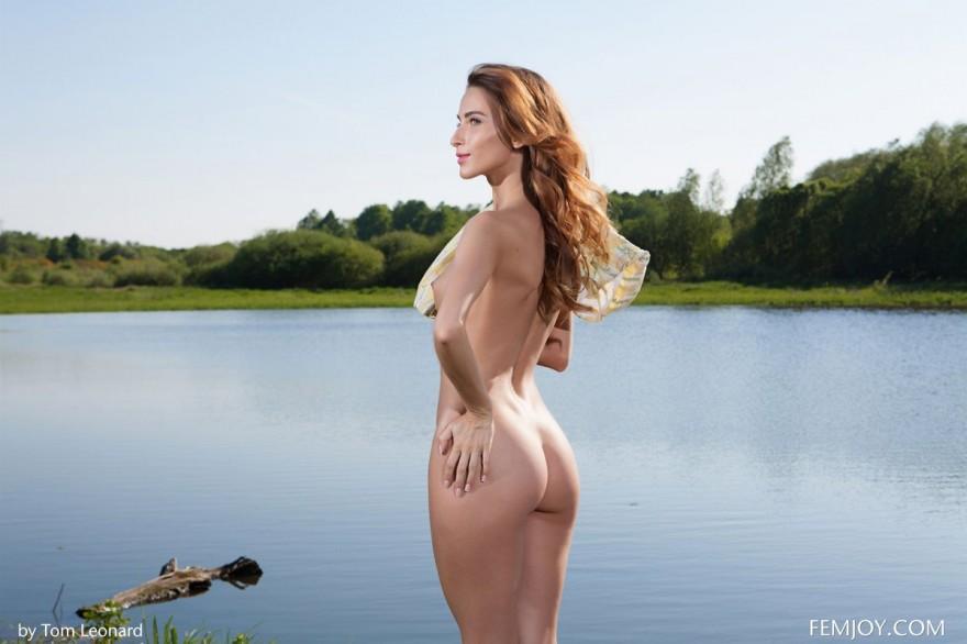 Красивые ню девушки на берегу реки