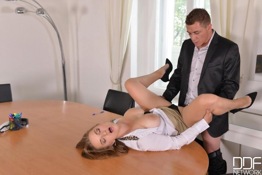 Секс в офисе с грудастыми