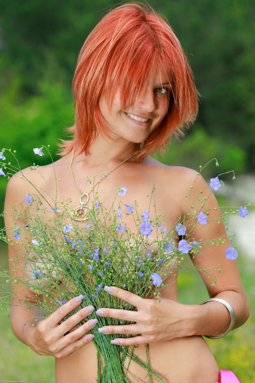 Красивые фото рыжей девушки с букетом на природе