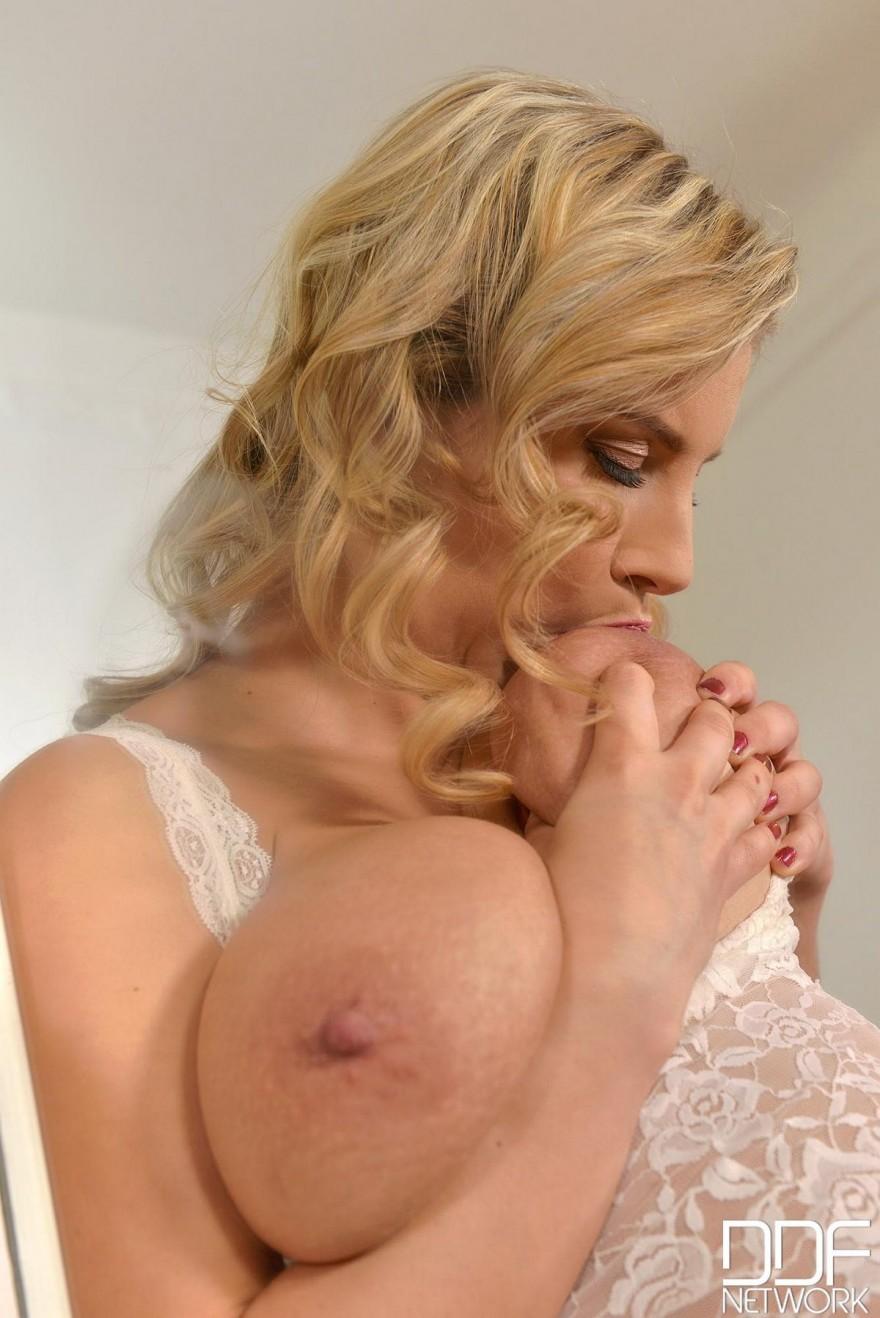 Блондинка в кружевном белье мастурбирует и ласкает груди