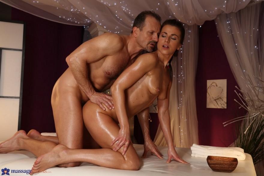 Романтичный порнуха с брюнеткой на лежанке