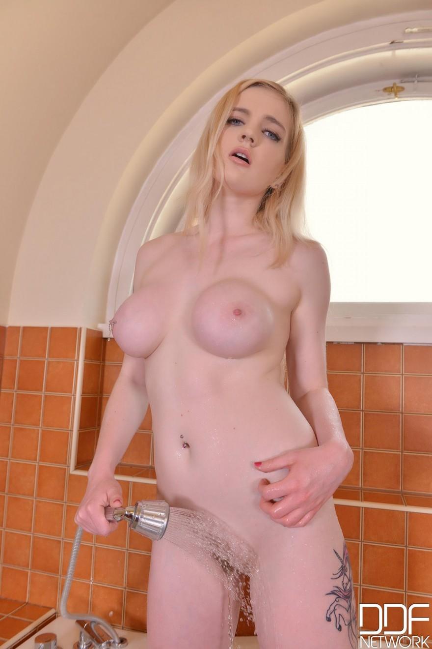 Оргазм от мастурбации с огромным дилдо секс фото